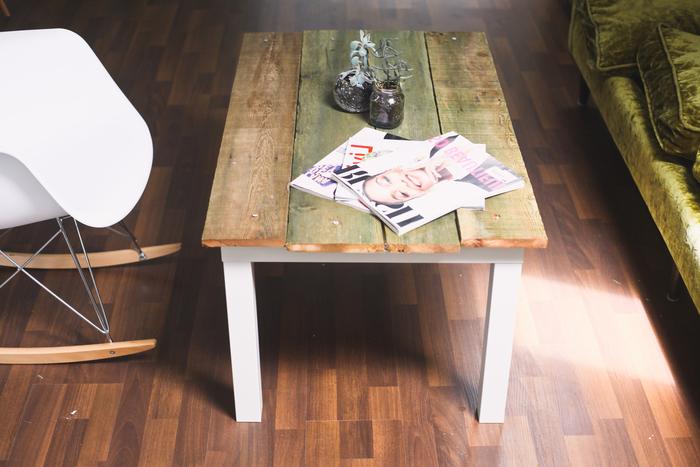idée originale pour un relooking meuble ikea à bas prix, une table basse revêtue de planches de bois de grange