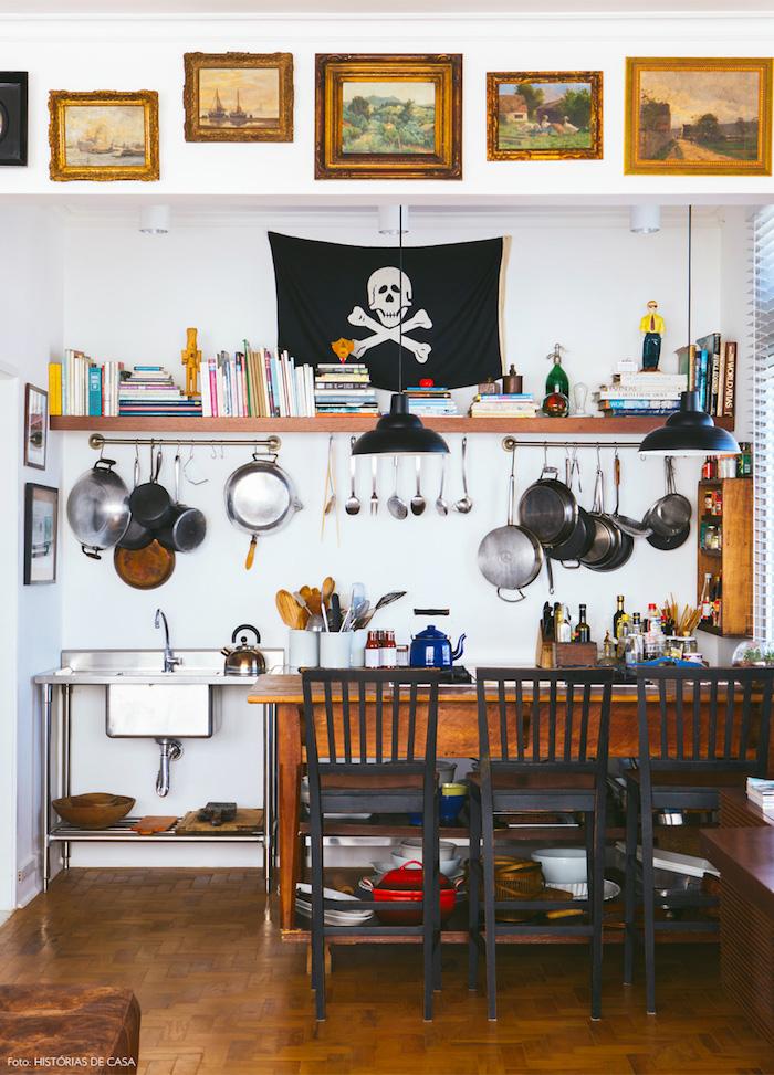 suspendre les ustensiles de cuisine à des tubes dorées, table et chaises en bois, étagère rangement livres, cuisine rustique industrielle