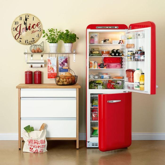 frigo vintage repeint en jaune et petite étagère de rangement, idée de relooking cuisine à travers la transformation des electromenagers