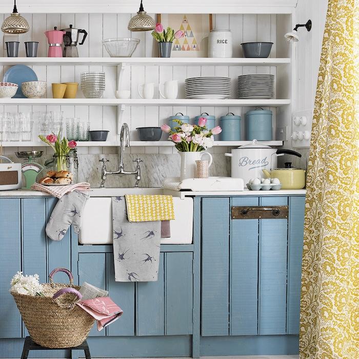 repeindre meuble cuisine en bleu pastel, mur-lambris blanc et étagères blanches ouvertes pour rangement vaisselle