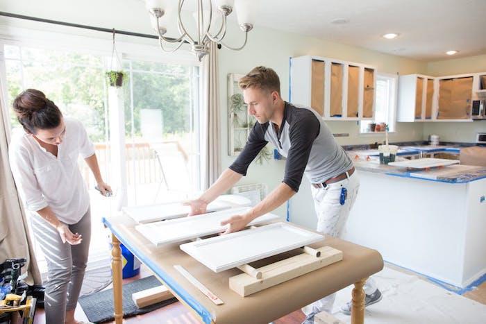 repeindre meuble cuisine, enlever et peindre en blanc les portes des placards dans la cuisine, idée comment renover sa cuisine