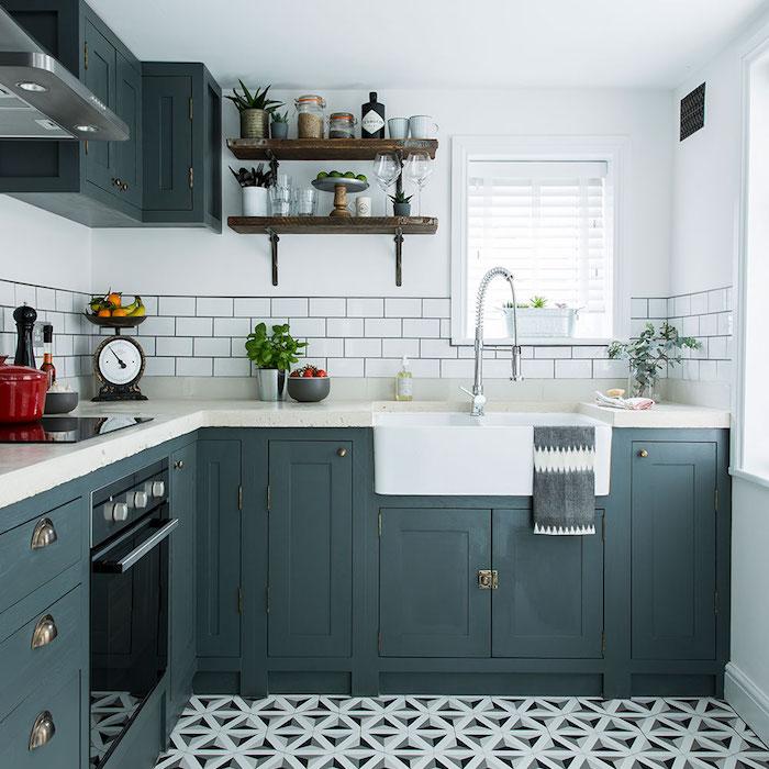repeindre meuble cuisine en gris anthracite, crédence et plan de travail blanc, decoration campagne chic et étagère en bois et metal