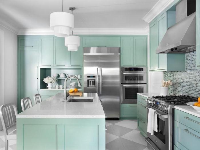 repeindre meuble cuisine en vert menthe, ilot central, façade cuisine, placard vert, electromenager en inox et sol blanc et gris