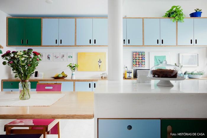 repeindre meuble cuisine, placards repeints en vert et bleu pastel, ilot central et table en bois, plan de travail bois et crédence décorée de dessins