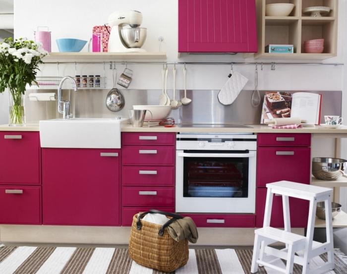 repeindre sa cuisine, modèle de cuisine repeint en couleur framboise, crédence grise, tapis blanc et marron, vaisselle suspendue