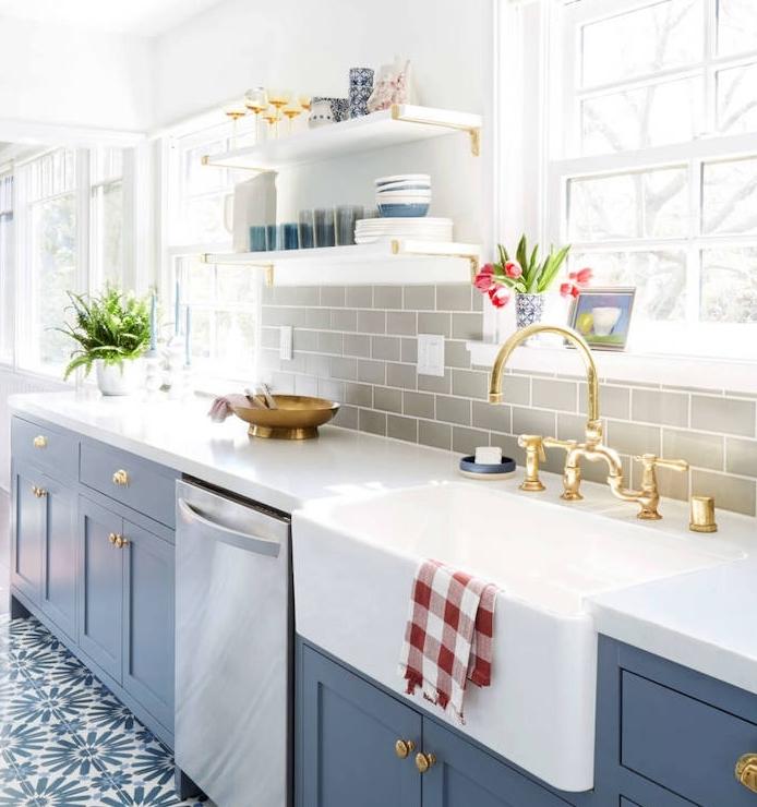 relooker une cuisine, crédence en carrelage repeint en gris façade cuisine bleu foncé, plan de travail blanc et carrelage sol blanc et bleu à motifs floraux