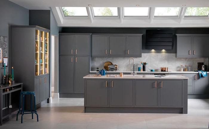 repeindre sa cuisine en gris, murs, ilot central et facade cuisine en gris anthracite, crédence et revêtement sol aspect béton gris clair