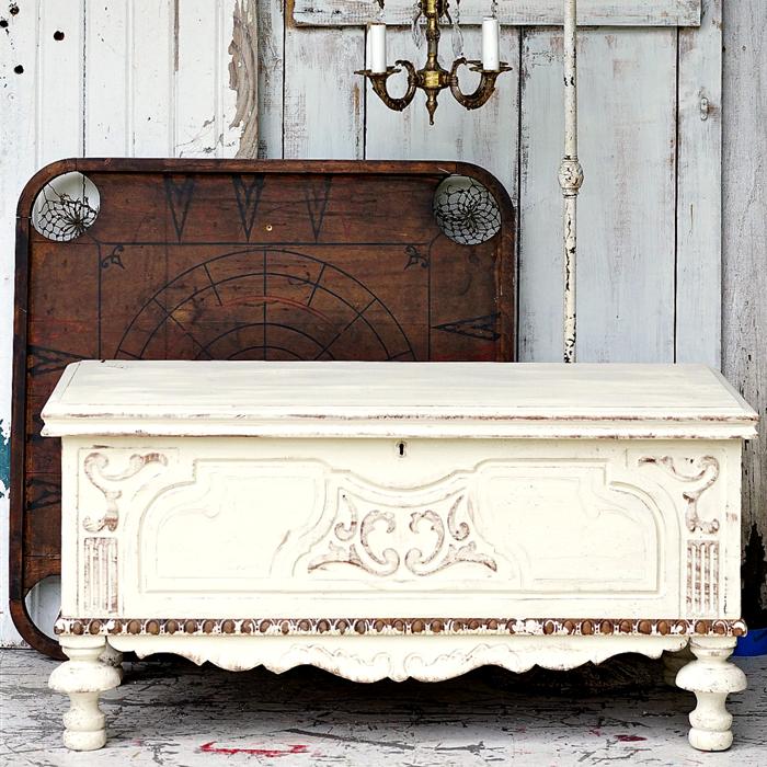 comment peindre un meuble en bois, commode repeint en blanc patiné avec des retouches de marron, lustre vintage