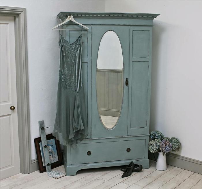 comment peindre un meuble en bois, couleur bleu pastel, aspect usé, parquet gris, robe bleue, technique patine simple