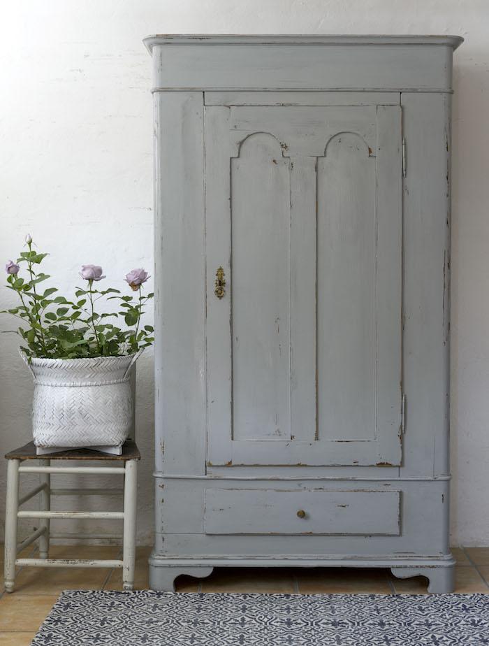 comment repeindre un meuble en gris, technique patinage pour créer un aspect usé, tapis noir et blanc, chaise usée, deco florale