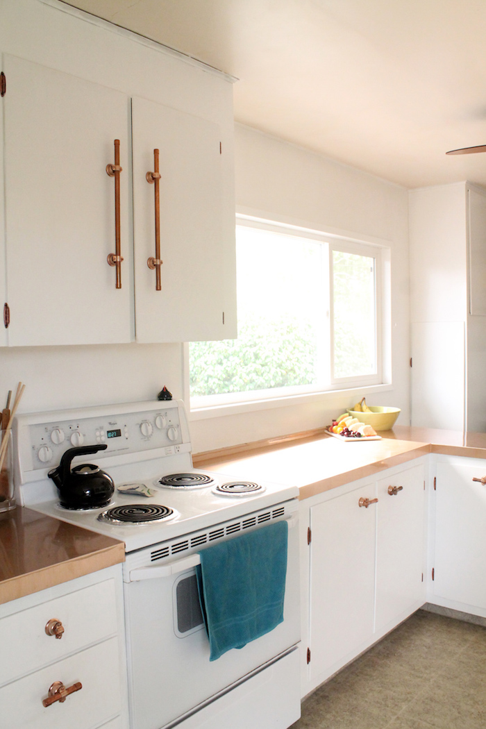 poignées de portes en tubes de cuivre, plan de travail, façade cuisine blanche, idée comment renover une cuisine