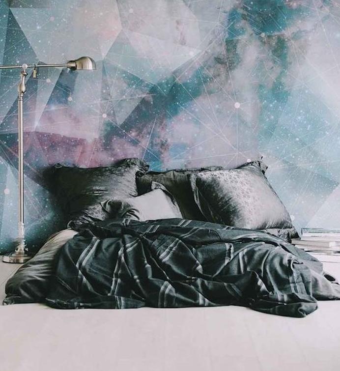 idée de tapisserie chambre theme ciel étoilé, constellations, astres, matelas, oreiller et couvertures grises, lampe sur pied grise