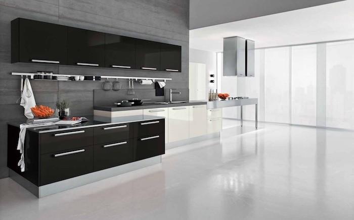 meuble haut cuisine en noir, revêtement des murs en bois peints en gris, grandes fenêtres surdimensionnées donnant sur la ville