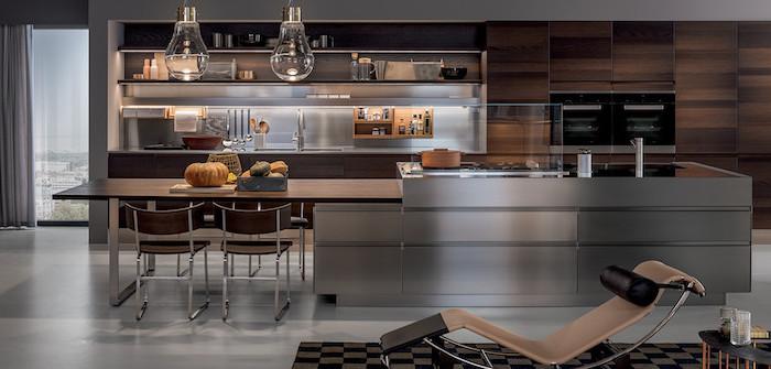 agencement cuisine, carrelage de sol en gris, cuisine avec ilot centrale en bois et gris métallique, lampes suspendues à design industriel