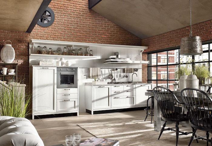 idee deco cuisine, meubles de cuisine en bois peint en blanc, table à manger rectangulaire avec chaises noirs
