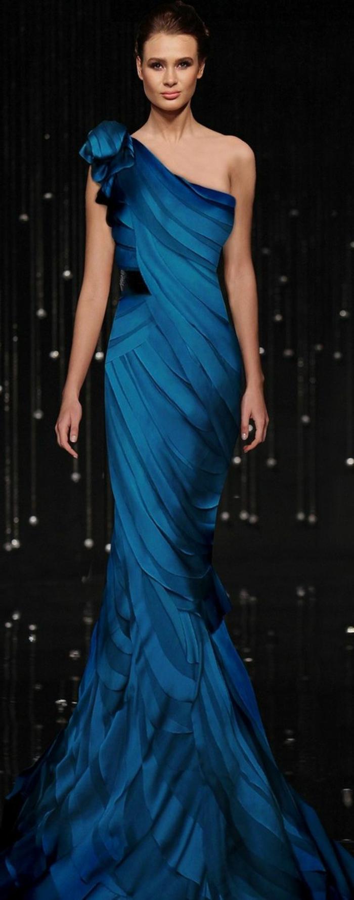 robe soirée pour une silhouette élancée avec une épaule effet drapé couleur intense