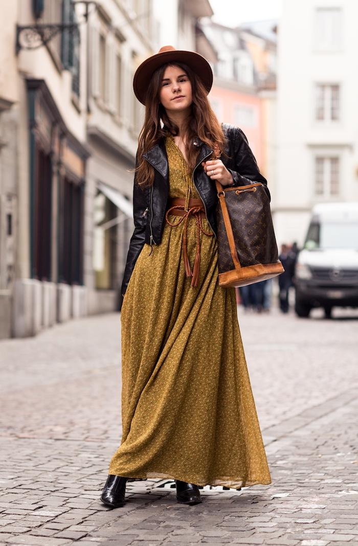 boheme chic, sac à main noir et marron avec veste en cuir noir et capeline marron, coupe de cheveux longs cuivrés
