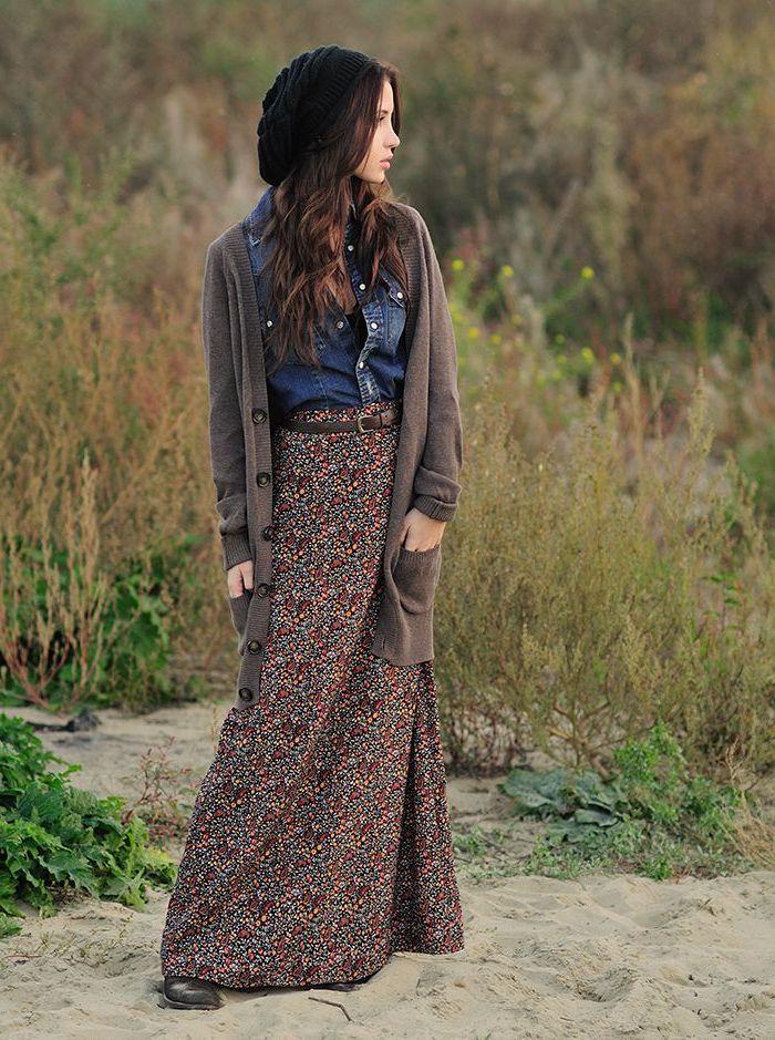comment bien s habiller, jupe longue avec gilet long en marron foncé, chemise en denim et bonnet noir