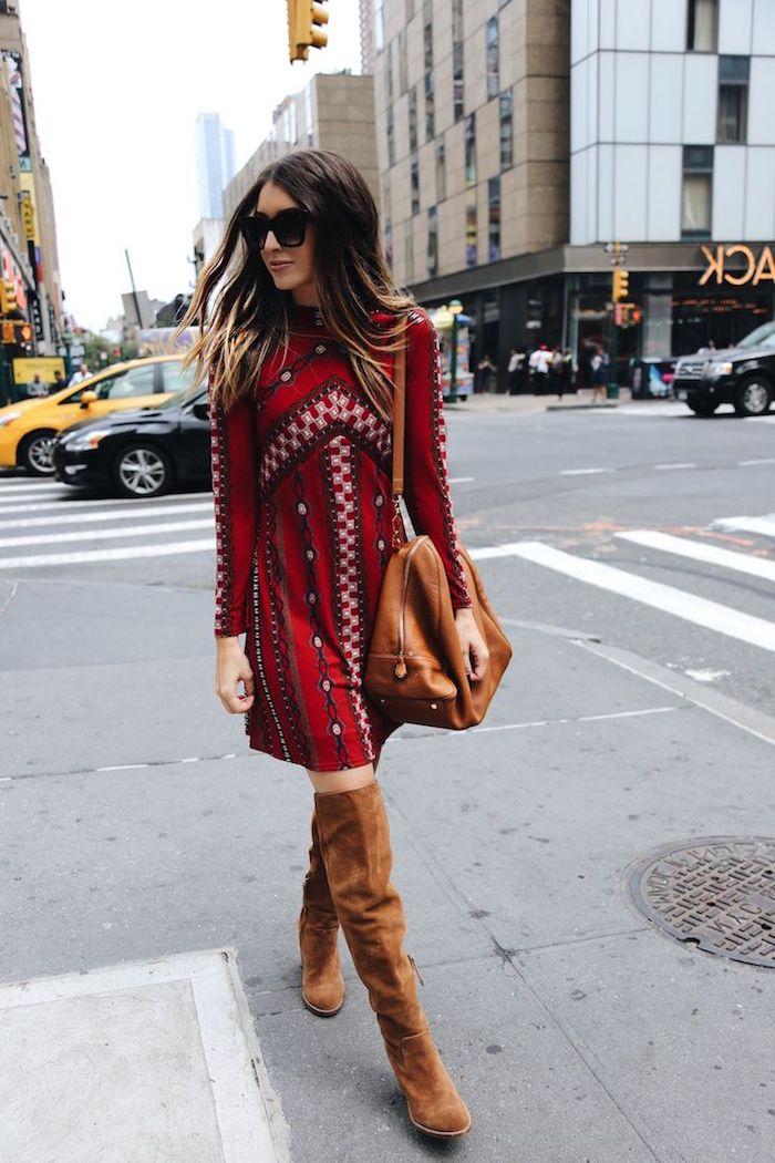 vetement femme, robe mi longue avec manches longues en rouge, style vestimentaire femme avec bottes au dessus genoux en camel