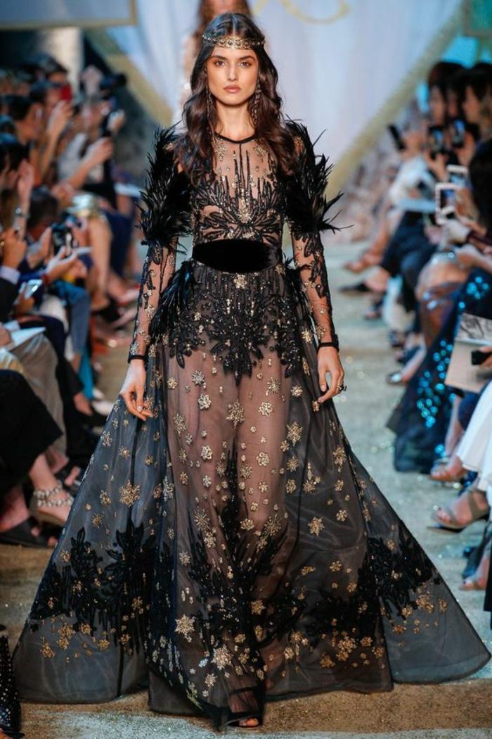 robe longue avec des manches longues et taille soulignée par ceinture en velours noir Elie Saab