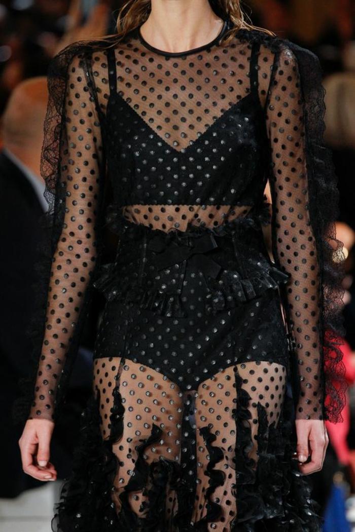 robe longue noire saison 2018 Giambattista Valli avec des pois noirs totalement transparente avec manches bouffantes