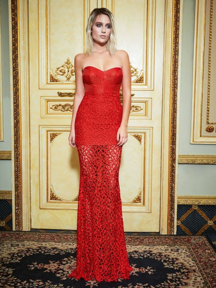 robe soirée en rouge avec effet ajouré motifs branches et bustier une mini robe laissant entrevoir délicatement les jambes