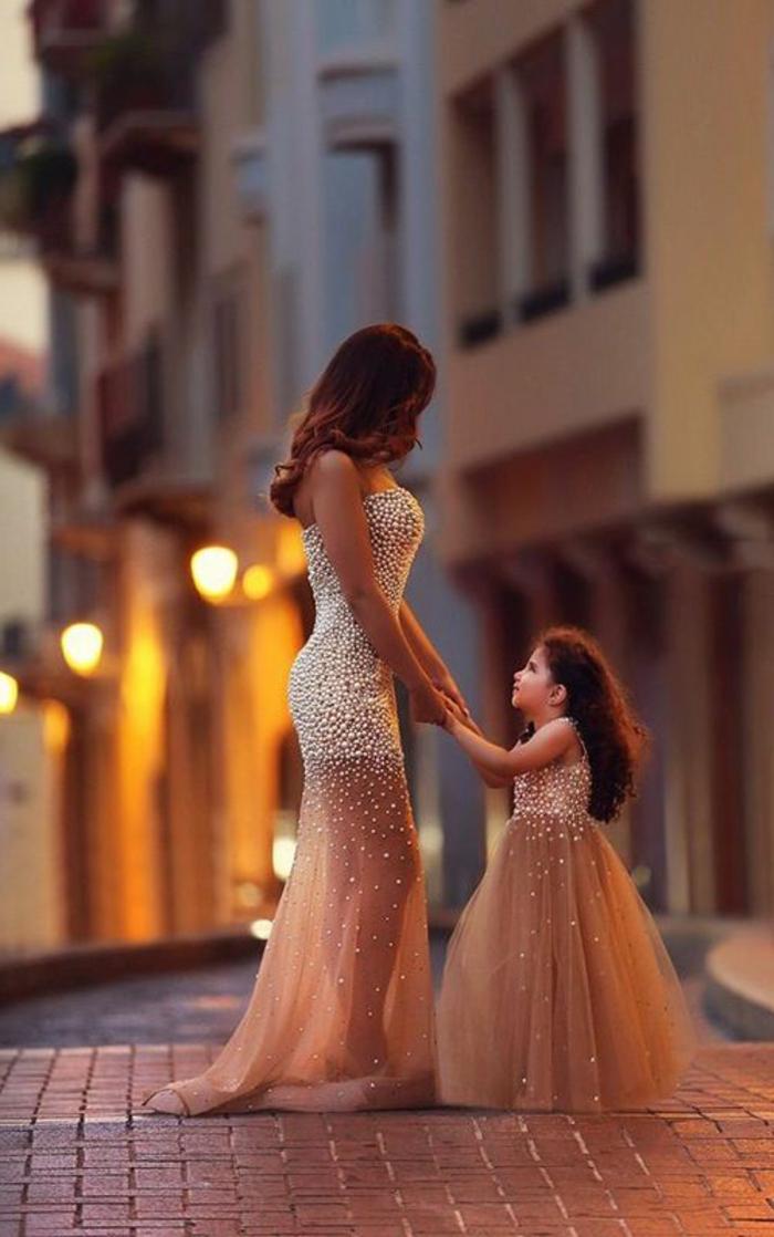 robe de soirée pas cher longueur mini en organza blanche et cristaux transparents sur les jambes