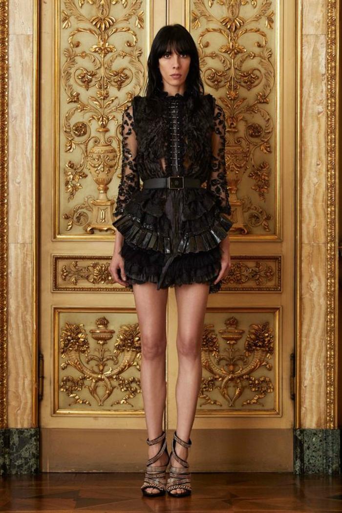 robe nouvel an robe en dentelle noire aavec ceinture noire et des chaussures beiges signée Cavalli