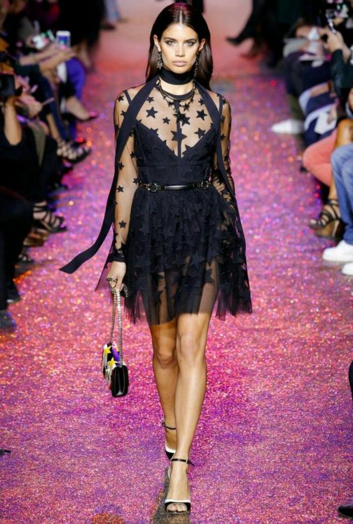 robe soirée noire avec longueur au dessus du genou longueur mini avec de la dentelle noire et des motifs étoiles