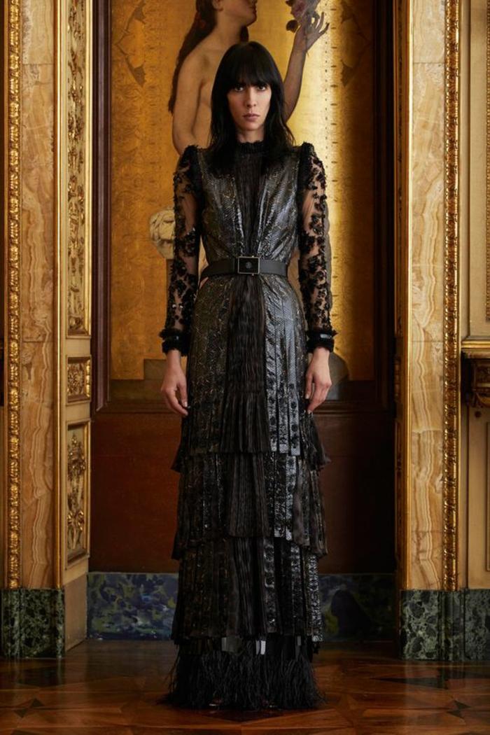 robe soirée longue avec des volants superposés et des bandes noires en satin noir sur les bords des volants Cavalli