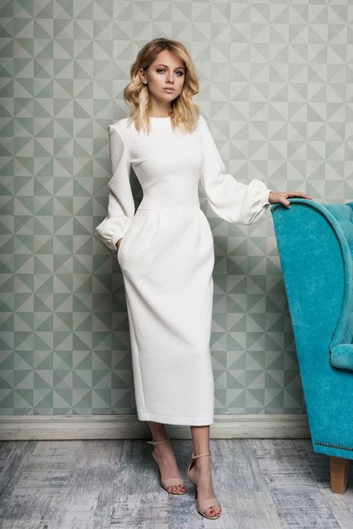 robes de cocktail modèle en blanc avec des manches longues bouffantes et longeur jusqu'au mollet