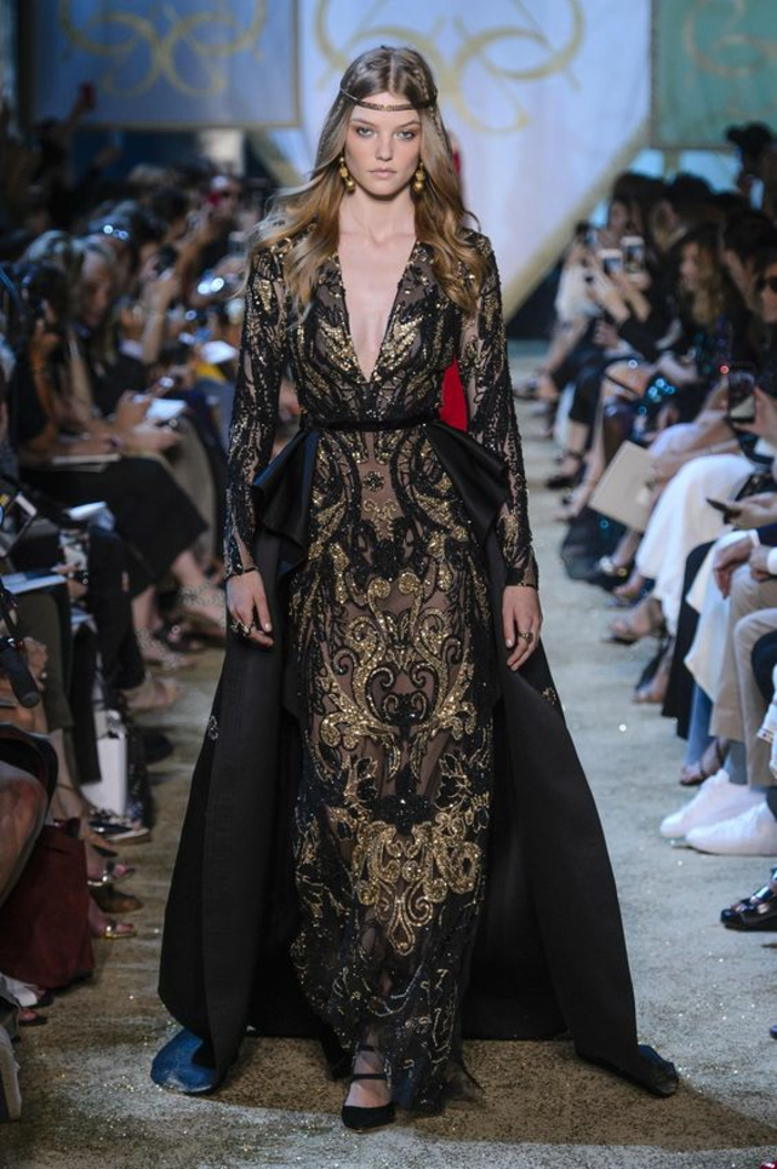 robe soirée longue avec des la dentelle en couleur noir et or et grand décolleté en V