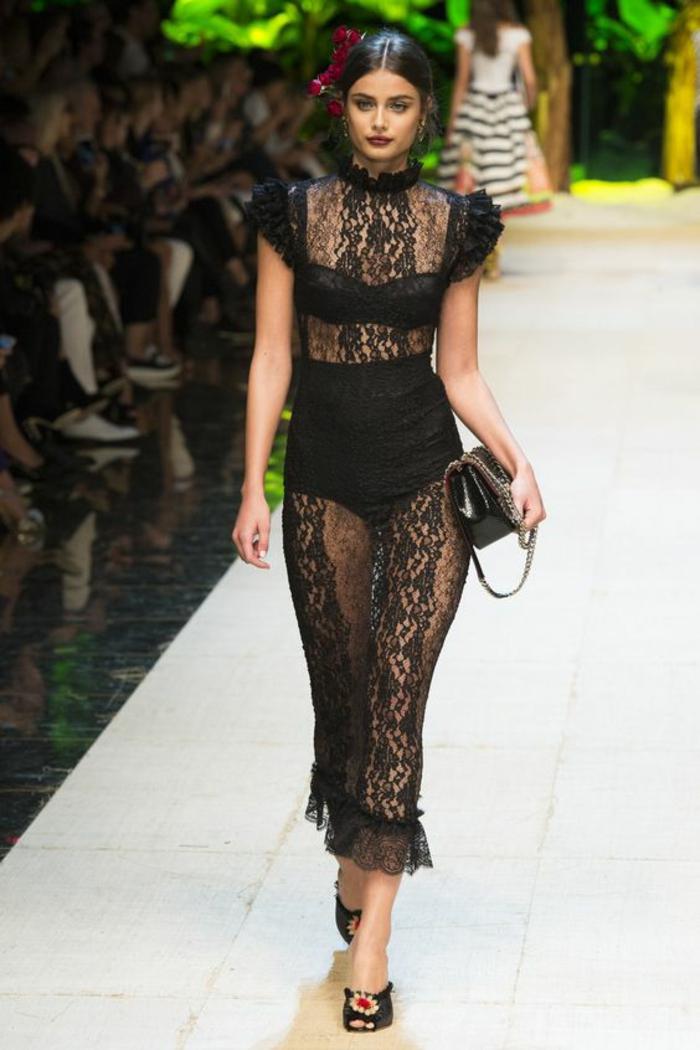 robe longue en dentelle noire grande transparence et décolleté semi transparent