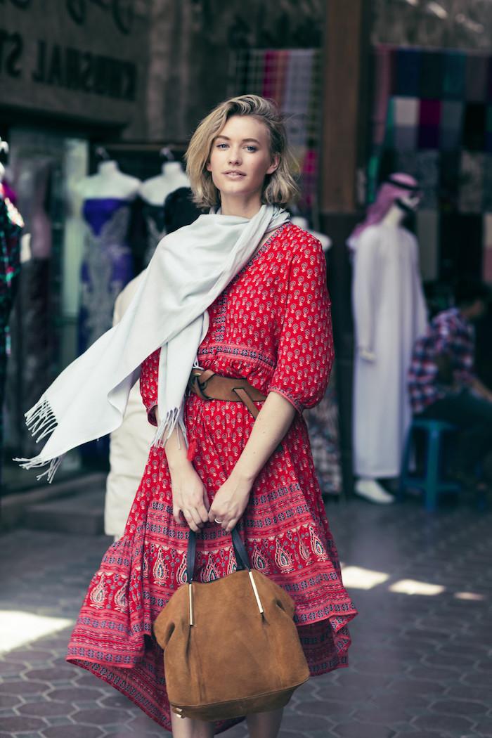 style vestimentaire femme, robe à longueur genoux en rouge à motifs ethniques blanc et bleu foncé avec écharpe longue blanche