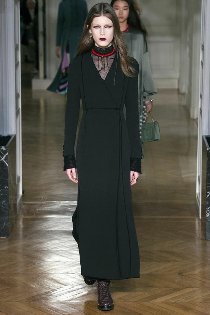 robe noire dentelle sur le décolleté longueur au sol tissu léger et aérien Valentino