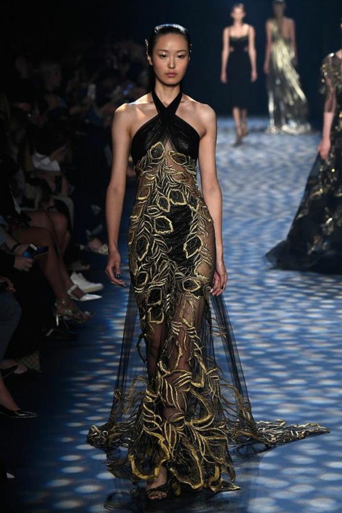 robe longue de soirée aux épaules nues avec des éléments dorés et traîne longue Marchesa Notte