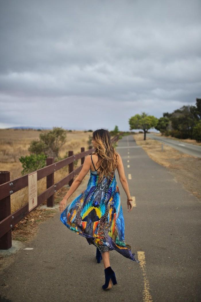 style bohème chic, robe longue en bleu foncé avec bottines noires à talons, cheveux longs aux racines foncées
