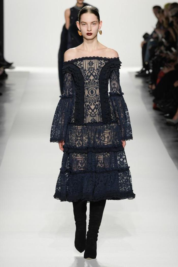 robe pour noel de style gothique avec décolleté de type bateau très riche en ornements aux manches longues évasées