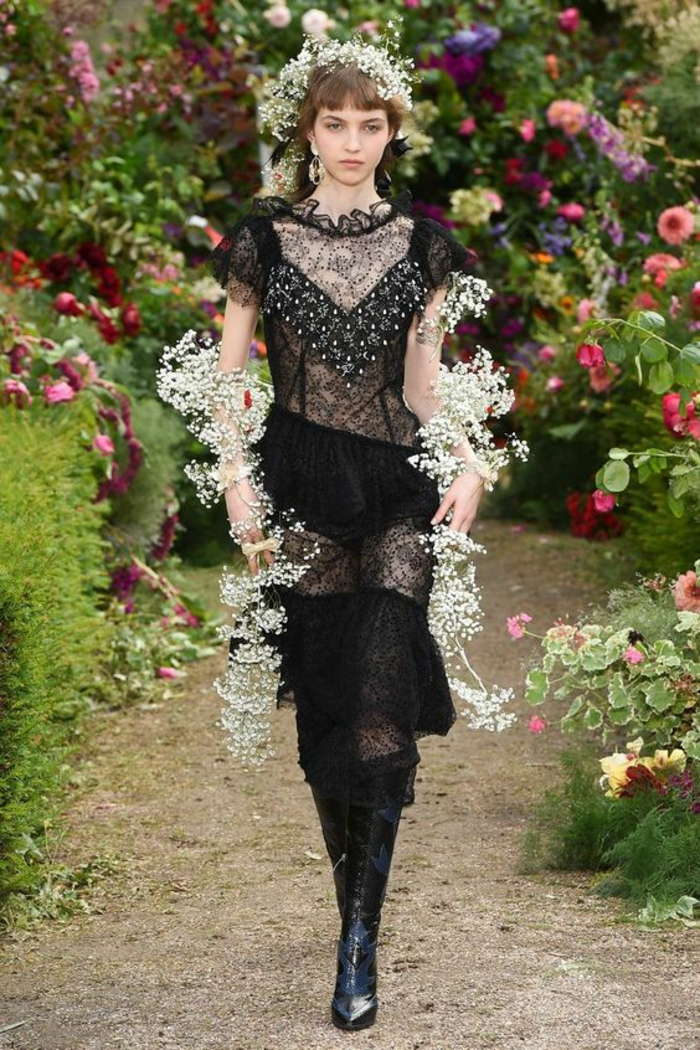 robe noire dentelle Rodarte printemps été 2018 avec deux grands volants et au cou vintage