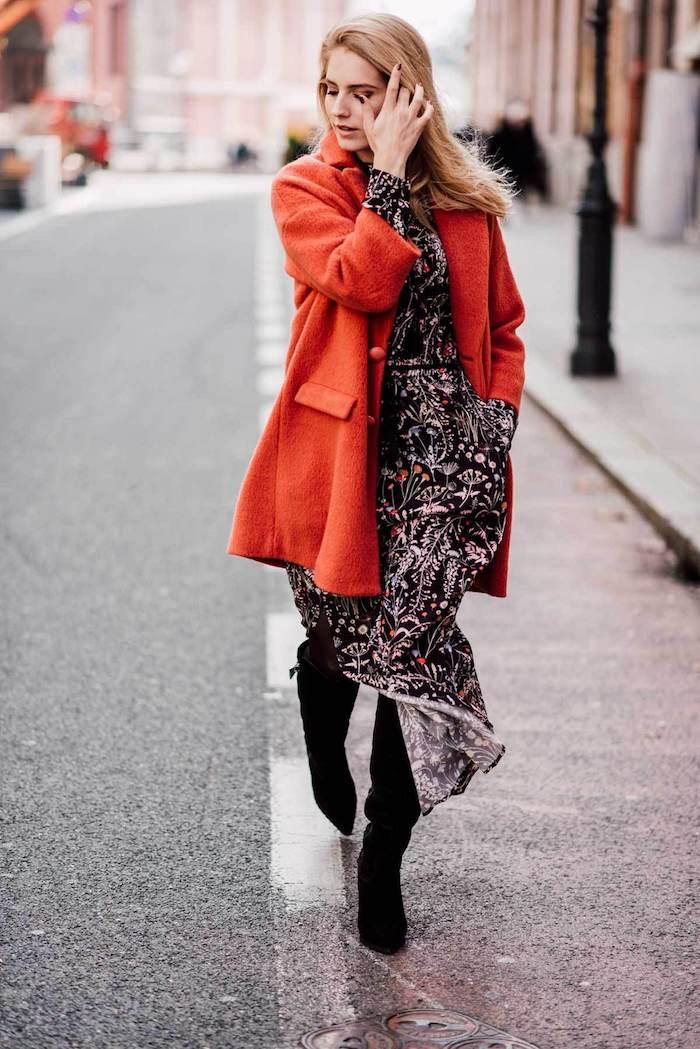 comment bien s habiller, bottes en velours noirs avec manteau rouge mi long loose, femme aux cheveux longs blonds