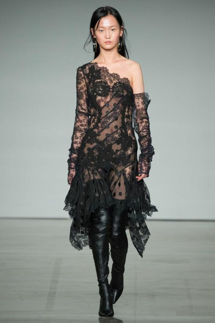 robe noire dentelle robe pour noel aux épaules et aux ourlets asymétriques avec une dentelle très fine Zimmermann