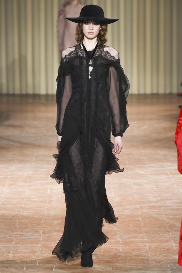 robe noire dentelle Alberta Ferretti au décolleté type bateau avec des manches aux ourlets en dentelle