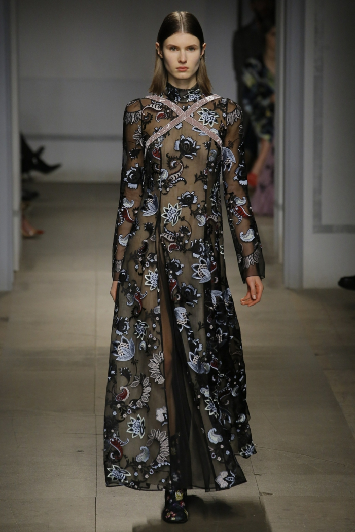 robe en dentelle pour les grandes occasions avec des bandes roses sur le décolleté et des motifs fleuris en couleur noir et argent