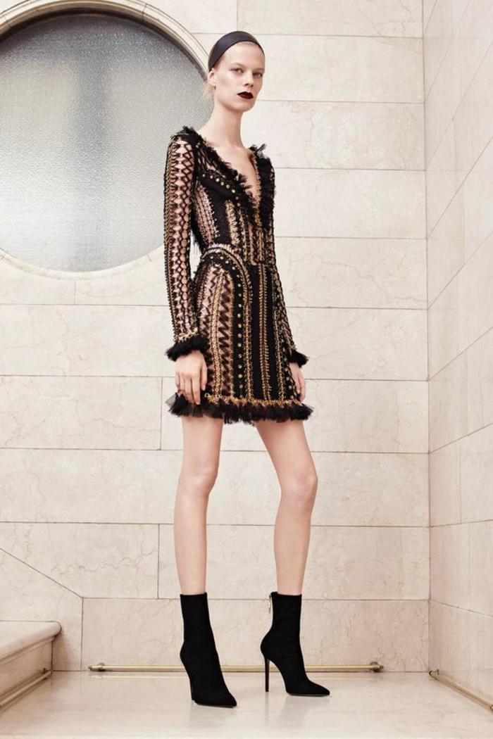 robe noire dentelle aux manches longues Versace aux ourlets en dentelle drapée