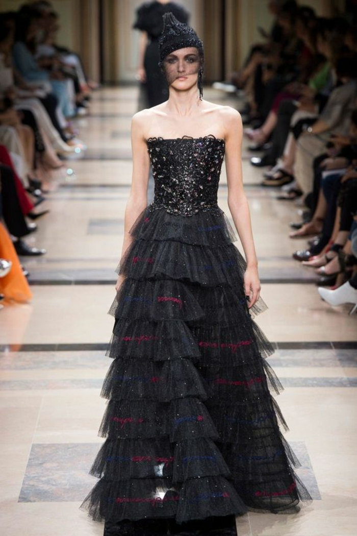 robe noire dentelle avec bustier parsemé de cristaux Swarowski et partie basse en volants en tulle avec des fils rouges