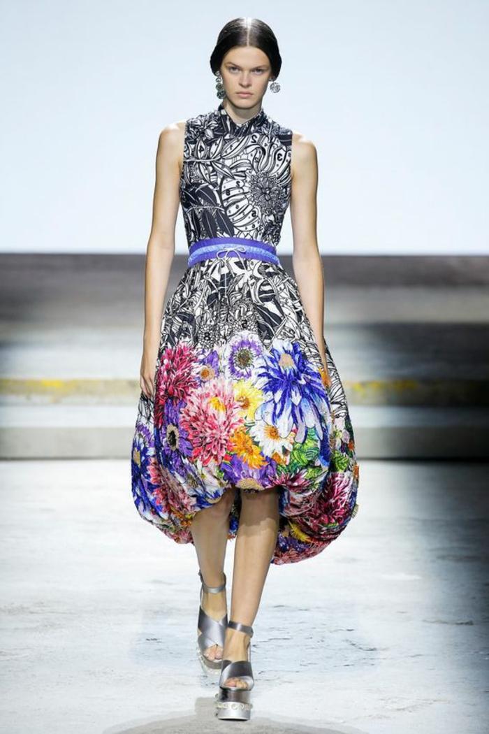 robe soirée en couleurs flashy avec des motifs grandes fleurs et taille sublimée avec ceinture en bleu électrique et blanc