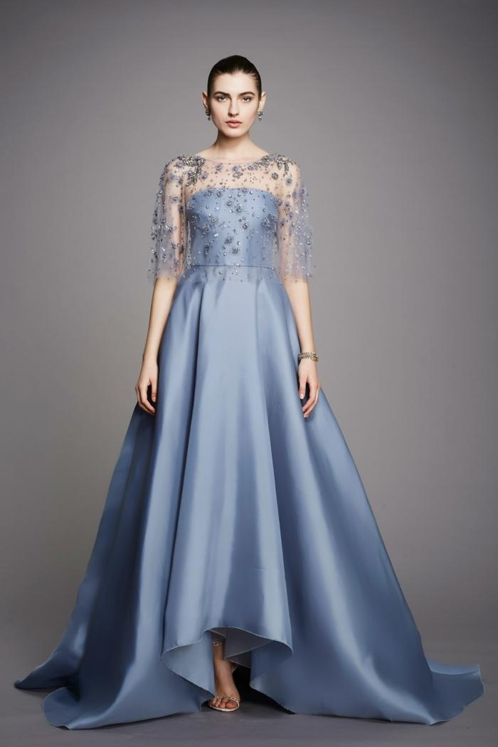 robe de soirée longue en bleu pastel avec finition du tissu métallisée et boléro transparent avec broderie fine en fil argenté et manches 3/4