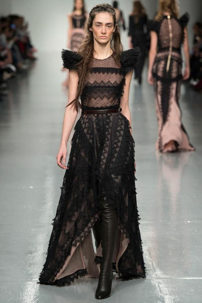 robe en dentelle noire longue avec des épaules fortement soulignées et des jeux de motifs graphiques en dentelle Antonio Berardi