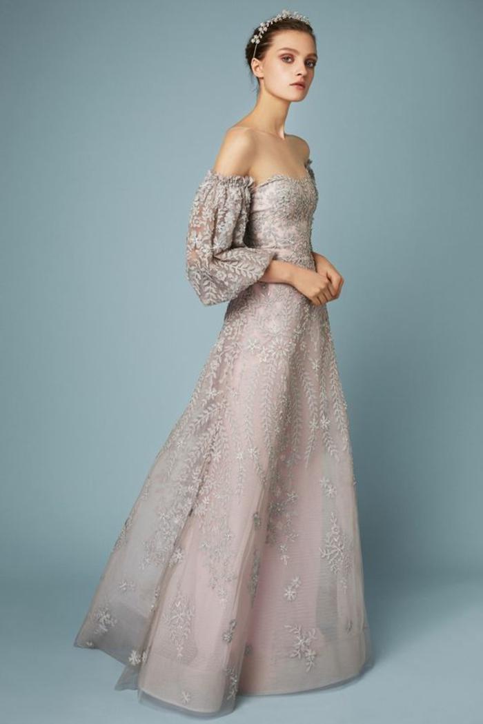 tenue de mariage robe de cérémonie femme en rose pale avec des épaules nues évasée