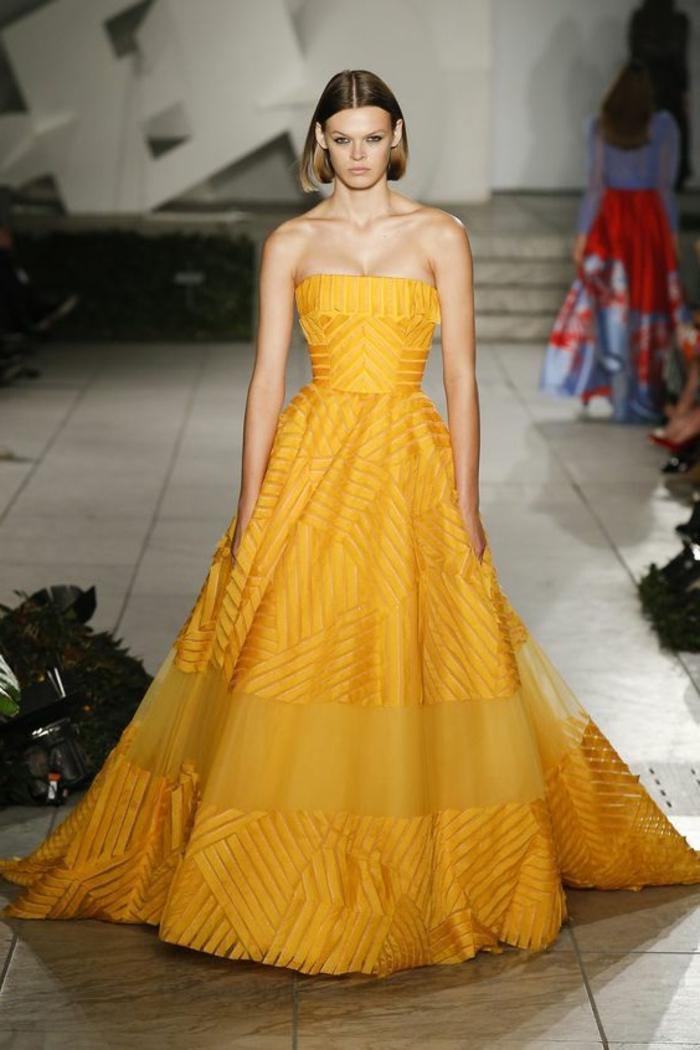robe soirée en jaune longue jusqu'au sol avec bustier volanté et partie en organza blanche transparente sur la jupe